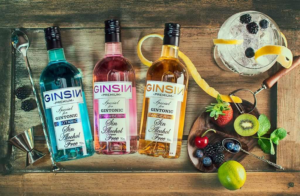 Esta es la imagen de tres botellas de Ginsin, con sus tres sabores: mandarina, fresa y 12 botánics