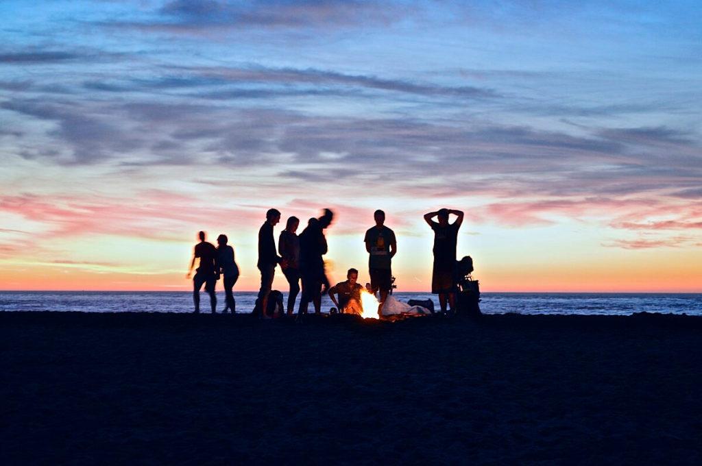 Esta es la imagen de unos amigos disfrutando en la playa