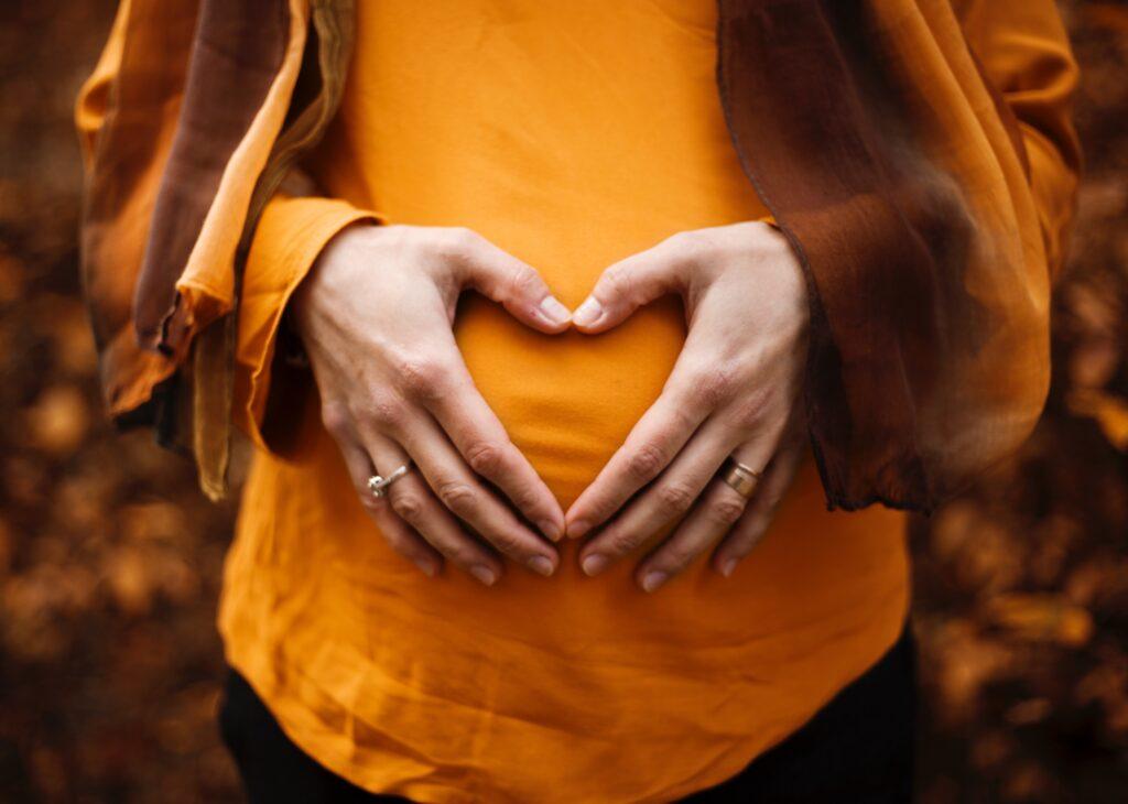 mujer embarazada barriga corazón ropa cómoda